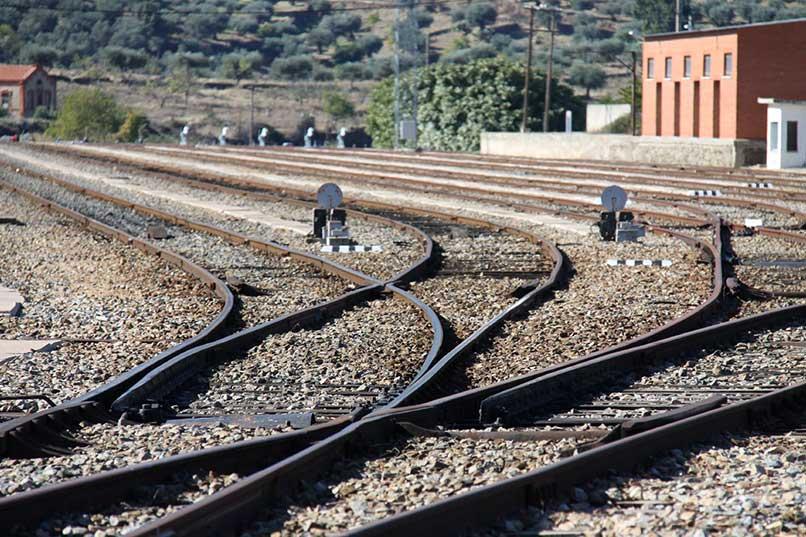 Adif AV licita las obras de supresión de un paso a nivel cercano a la estación de Cáceres