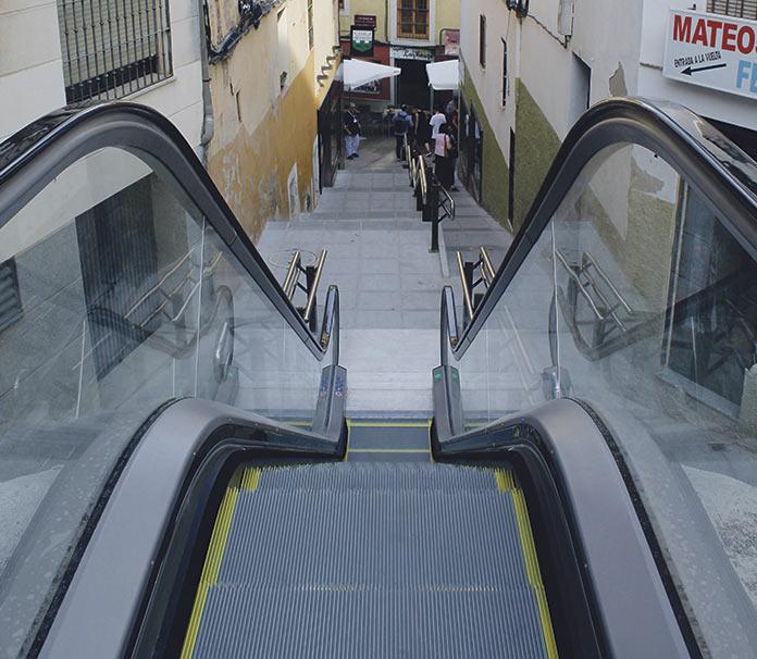 Alzapiernas abre la escalera mecánica, pero incumple en accesibilidad