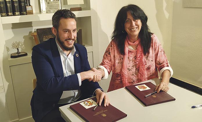 Andrés Licerán y Consuélelo López firmando el pacto de los presupuestos 2020