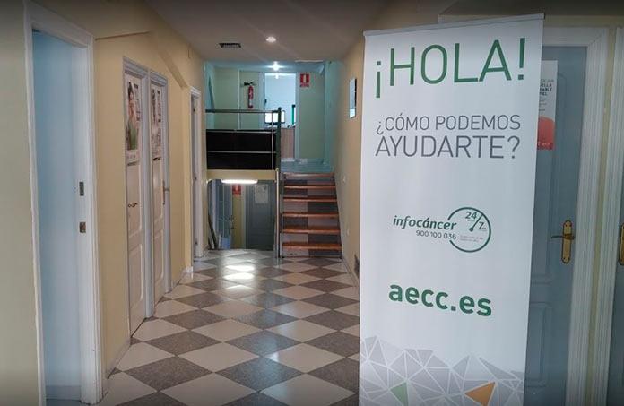 Profesionales de la Asociación Española contra el Cáncer ayudan a pacientes y familiares por redes