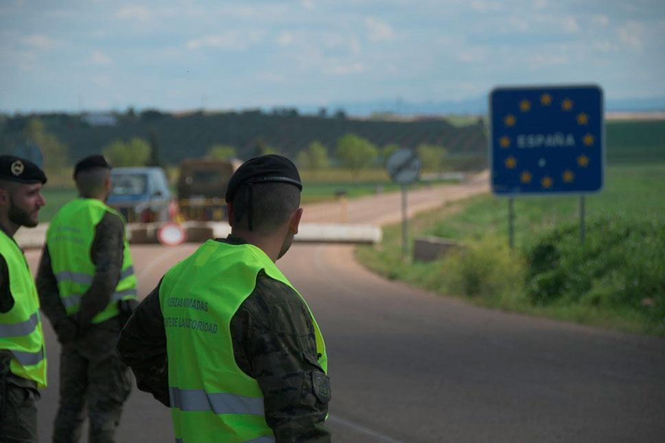 La Brigada Extremadura XI controla los pasos fronterizos y desinfecta las residencias de mayores