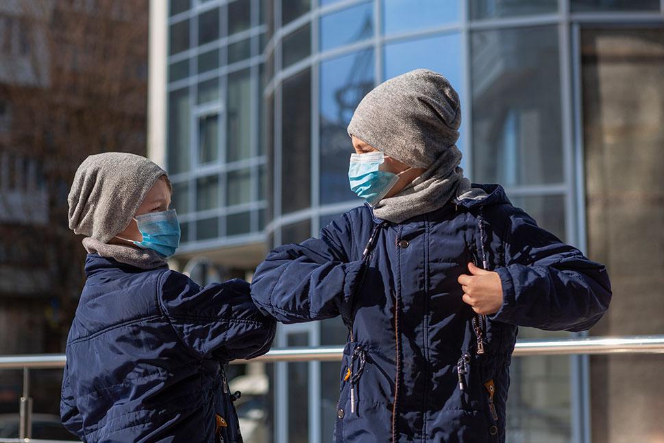 Los pediatras aconsejan paseos de media hora con los niños de la mano
