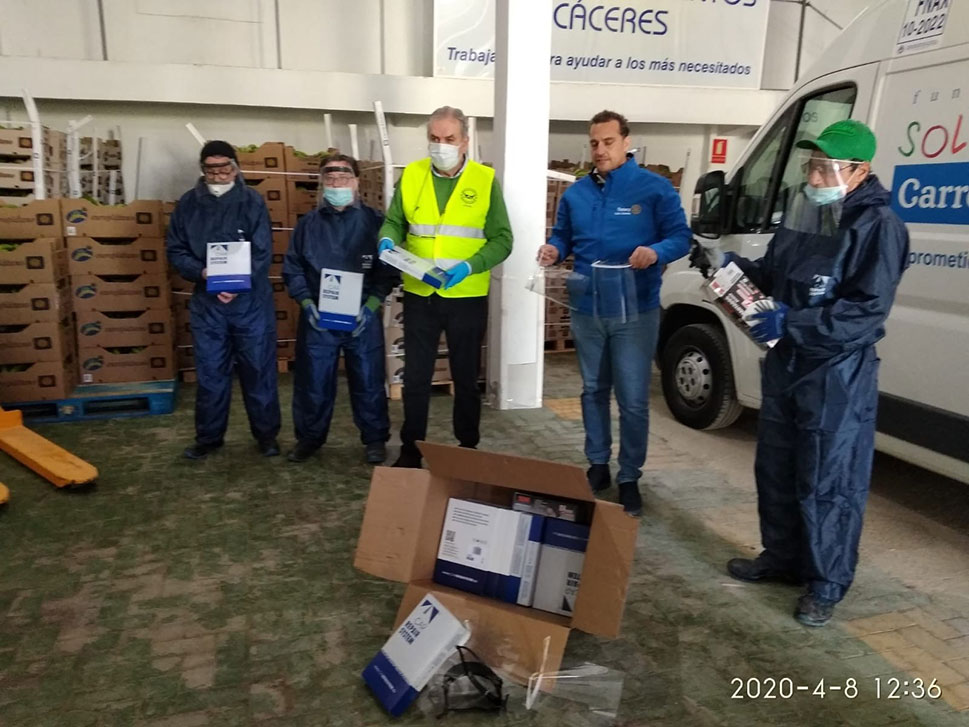 Los rotarios de Cáceres reparten casi 6.000 chubasqueros sanitarios, equipos de protección y móviles