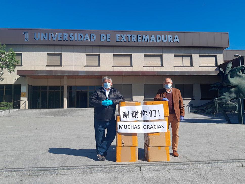 La Universidad de Educación de Chongqing dona 20.000 mascarillas a la UEx