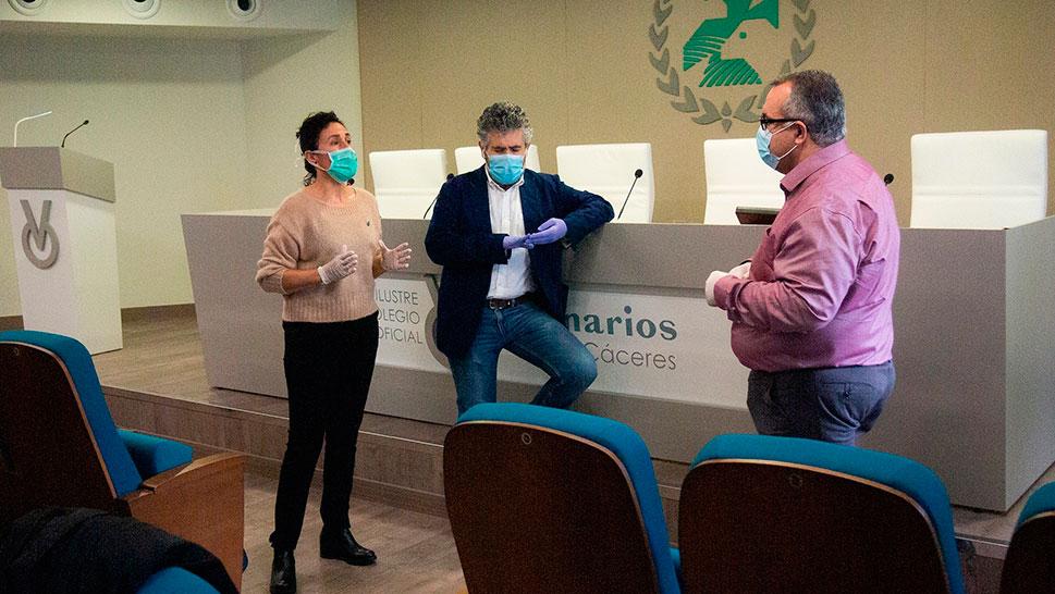 El Colegio de Veterinarios de Cáceres entrega material de protección homologado al SEPAD