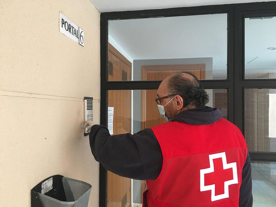 El voluntariado de Cruz Roja compra medicamentos y alimentos a medio centenar de personas en la provincia de Cáceres