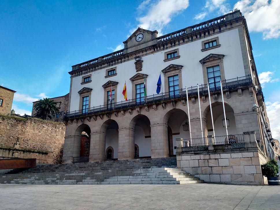El Ayuntamiento de Cáceres defiende el gasto de 4,8 millones de su superávit para paliar la crisis
