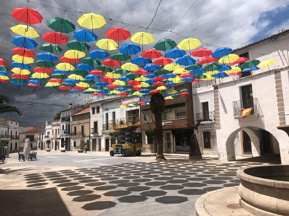 Los paraguas de colores brillan en Malpartida de Cáceres