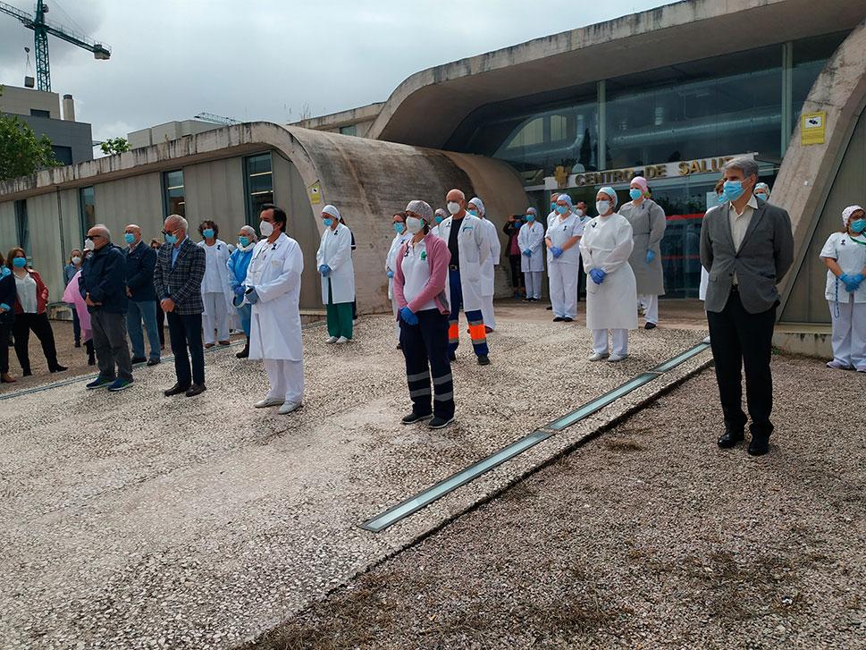 Silencio y aplausos en homenaje al doctor Traba, primer médico fallecido por COVID-19 en Extremadura