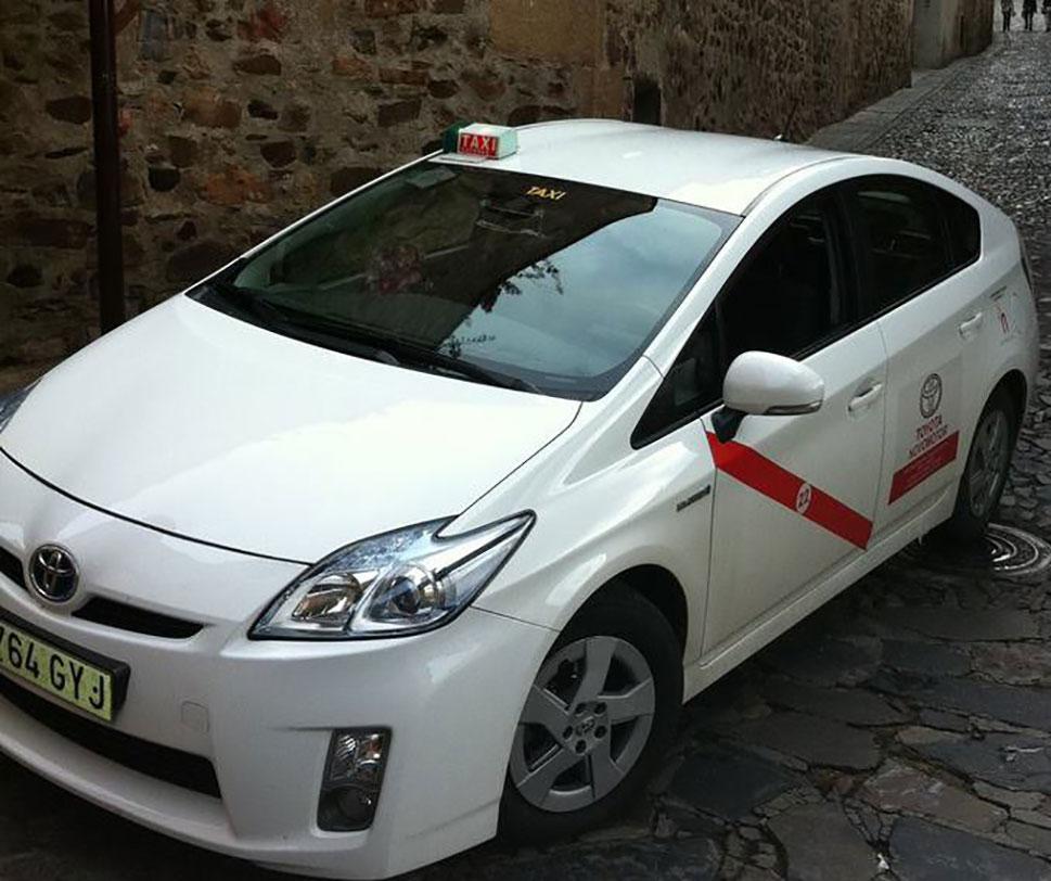 El Ayuntamiento de Cáceres reparte 800 mascarillas a los taxistas
