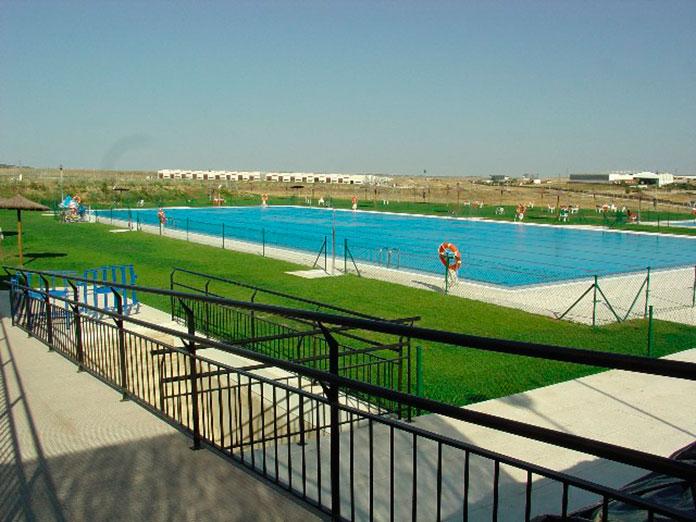 Un acomodador para la nueva normalidad de las piscinas de Cáceres