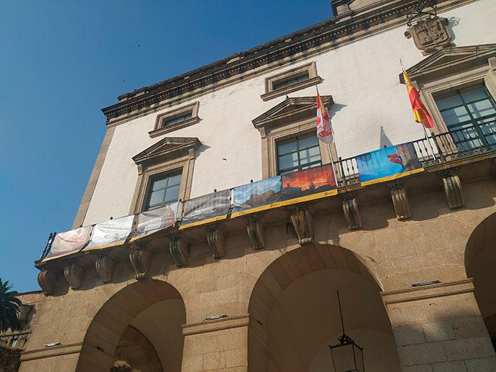 La mirada de Cáceres sobre el confinamiento ya cuelga de los balcones de la plaza