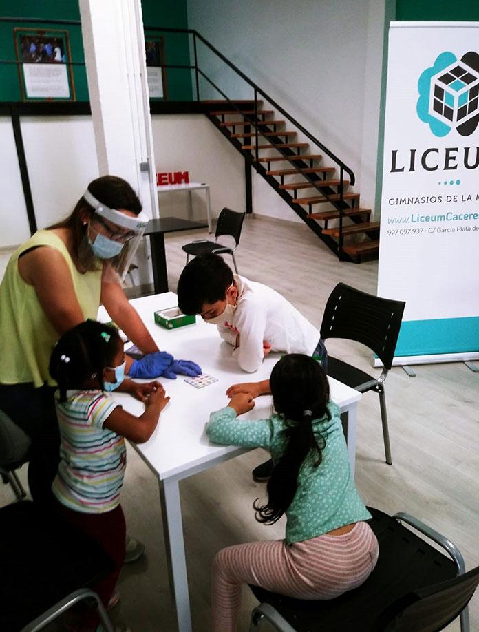 El centro Liceum y Cáritas firman un convenio en Cáceres para facilitar la conciliación
