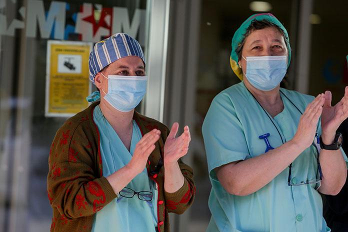 La ciudadanía aplaude a los sanitarios por su Premio Princesa de Asturias de la Concordia
