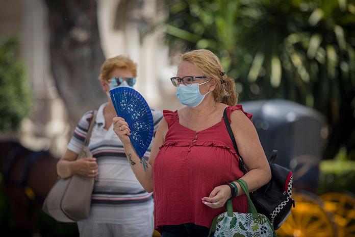 Una mujer paseando por Cáceres