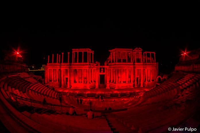 El Teatro Romano se viste de rojo para para mostrar su apoyo a la cultura