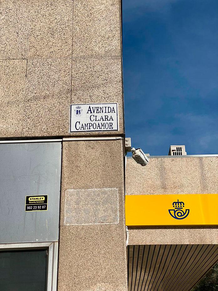 La avenida Clara Campoamor ya luce en Cáceres