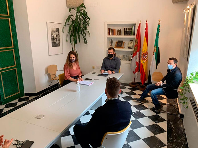 Salaya se reúne con la Asociación de Jóvenes Emprendedores y Empresarios de Extremadura