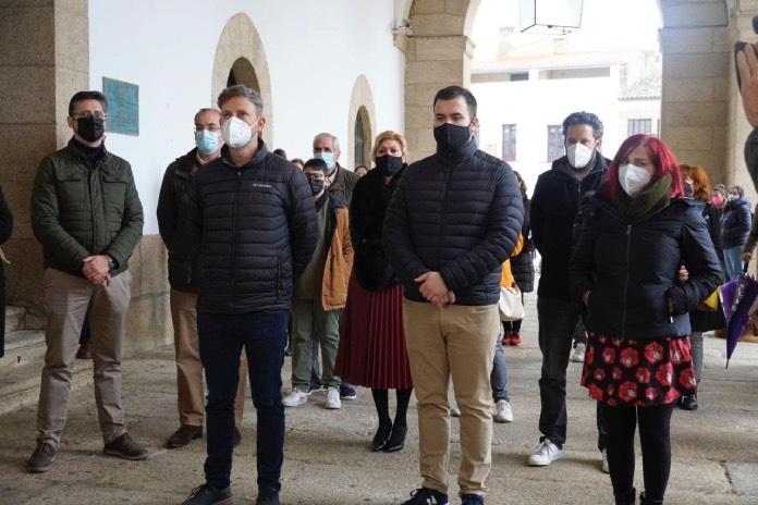 Cáceres guarda un minuto de silencio en homenaje a las mujeres víctimas de violencia machista