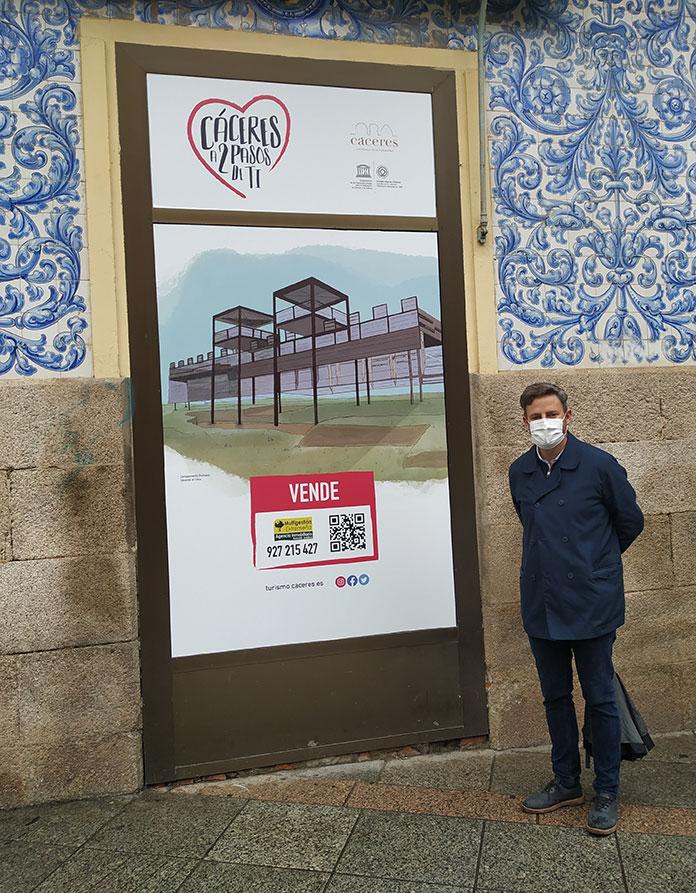 Los escaparates vacíos brillan con ilustraciones de diferentes puntos de Cáceres
