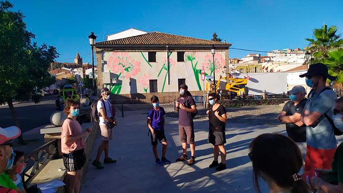 Abrazos y flores en San Blas con 'Murales con Objetivos'