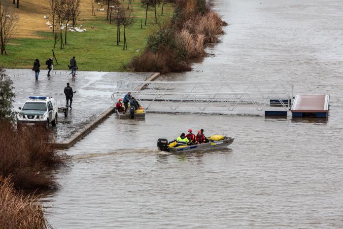 Tres fallecidos al volcar una barca en Badajoz