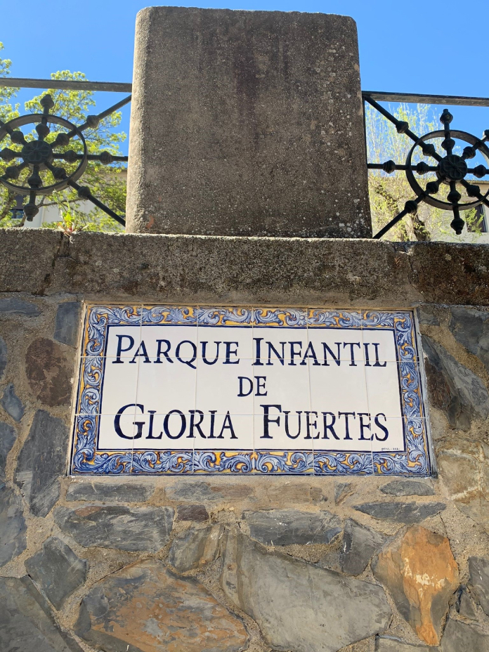 El parque de Gloria Fuertes en Cáceres ya cuenta con placa de azulejos
