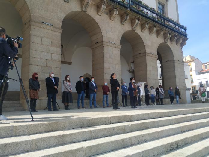 Cáceres condena los asesinatos machistas con un minuto de silencio