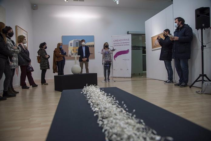 Mujeres artistas protagonizan la exposición de Pintores 10