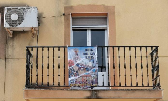 Los balcones de Arroyo se engalanan por el Día de la Luz