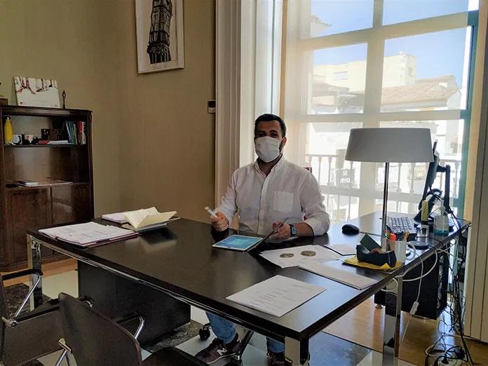 El alcalde de Cáceres, Luis Salaya, operado de anginas
