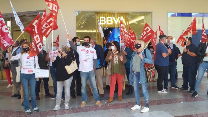 La plantilla de trabajadores del BBVA de Badajoz muestra su rechazo al ERE