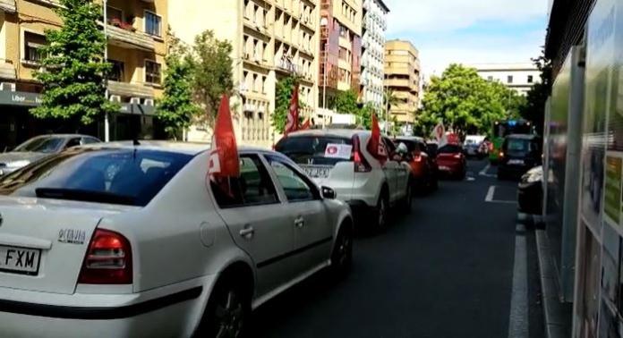 Una manifestación en coche para protestar contra el desmantelamiento de Correos