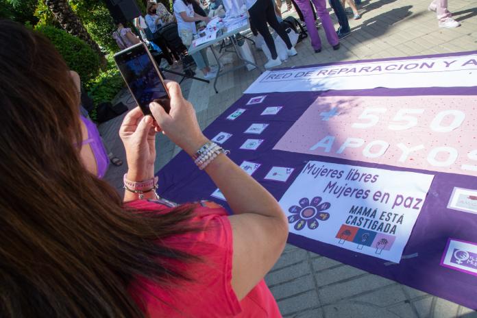 Una concentración en Badajoz muestra su apoyo a Sara, una madre que lleva dos años sin ver a sus hijas
