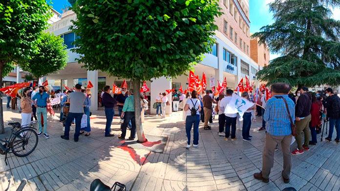 Delegados de CCOO y UGT protestan en Badajoz por el desguace de Correos