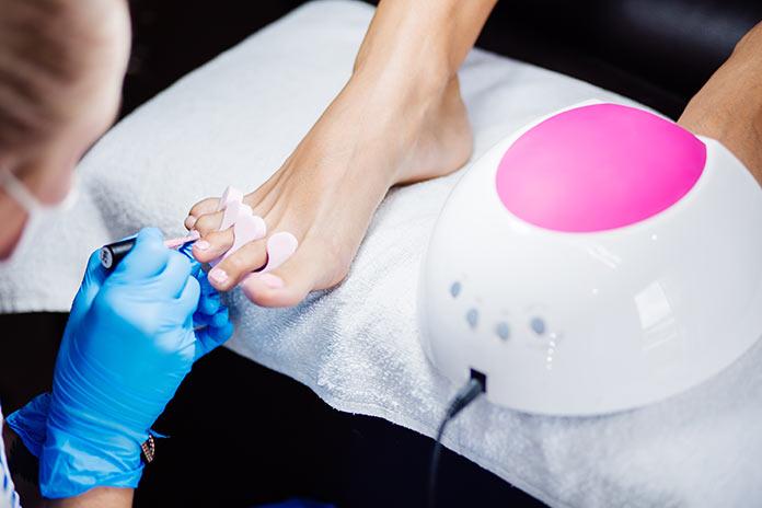 El Colegio de Podólogos recomiendan que las uñas descansen de los esmaltes permanentes