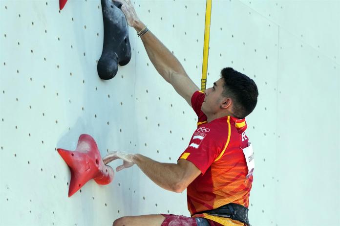 Alberto Ginés lidera la final de escalada tras la prueba de velocidad