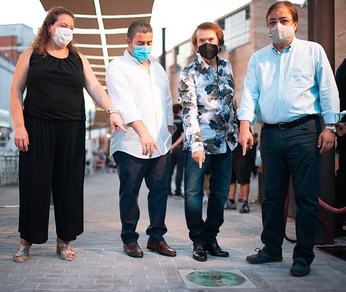 La placa de Raphael ya brilla en el Viam Musicorum de Mérida