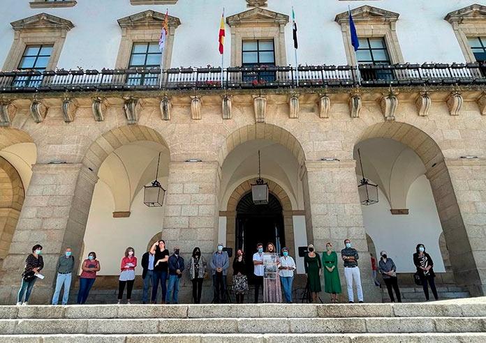 Cáceres guarda un minuto de silencio por las víctimas de violencia machista
