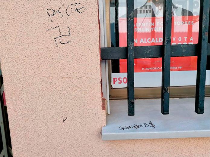 El PSOE de Medellín denuncia ante la Guardia Civil pintadas en su sede con símbolos nazis e insultos