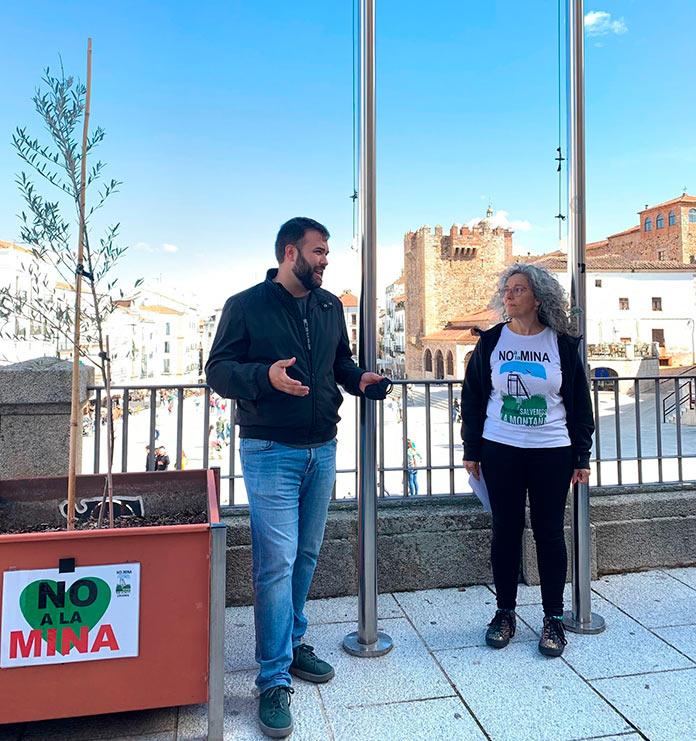 Salvemos la Montaña de Cáceres celebra su cuarto aniversario con la instalación de una placa
